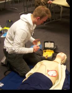 Het gebruik van een AED heeft alleen nut, indien er ook gereanimeerd wordt!